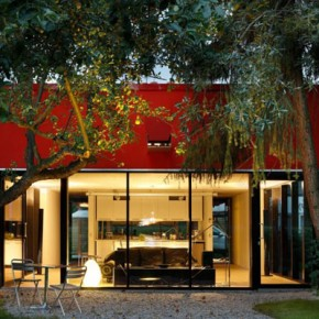 House V- mały, czerwony dom w Niemczech