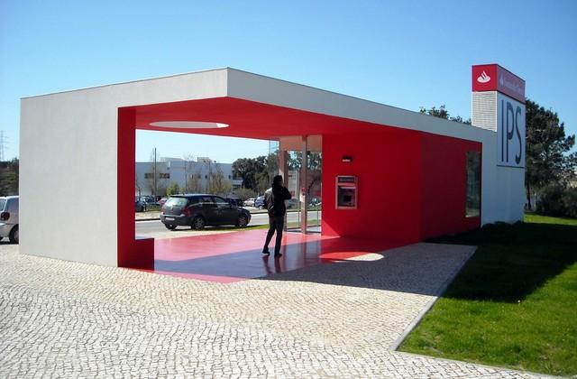 Biel + czerwień = agencja bankowa w Portugalii