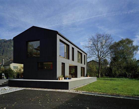 Metr nad ziemią – dom w Szwajcarii
