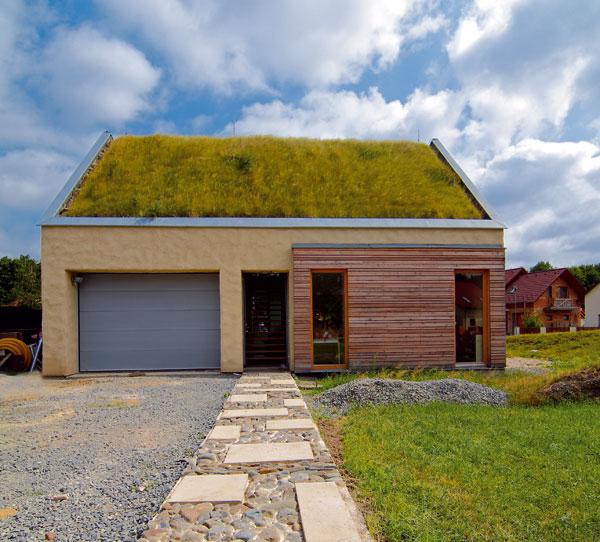 Mały dom w odcieniach jesieni