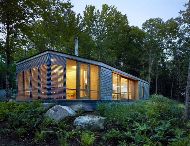 DOM I DREWNO – mały domek w Ontario / Superkül Inc Architect