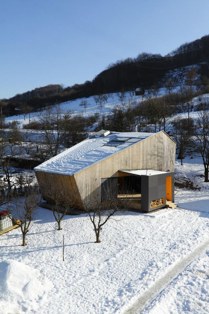 DOM I DREWNO – domek w Nosice na Słowacji / Pokorny architekti