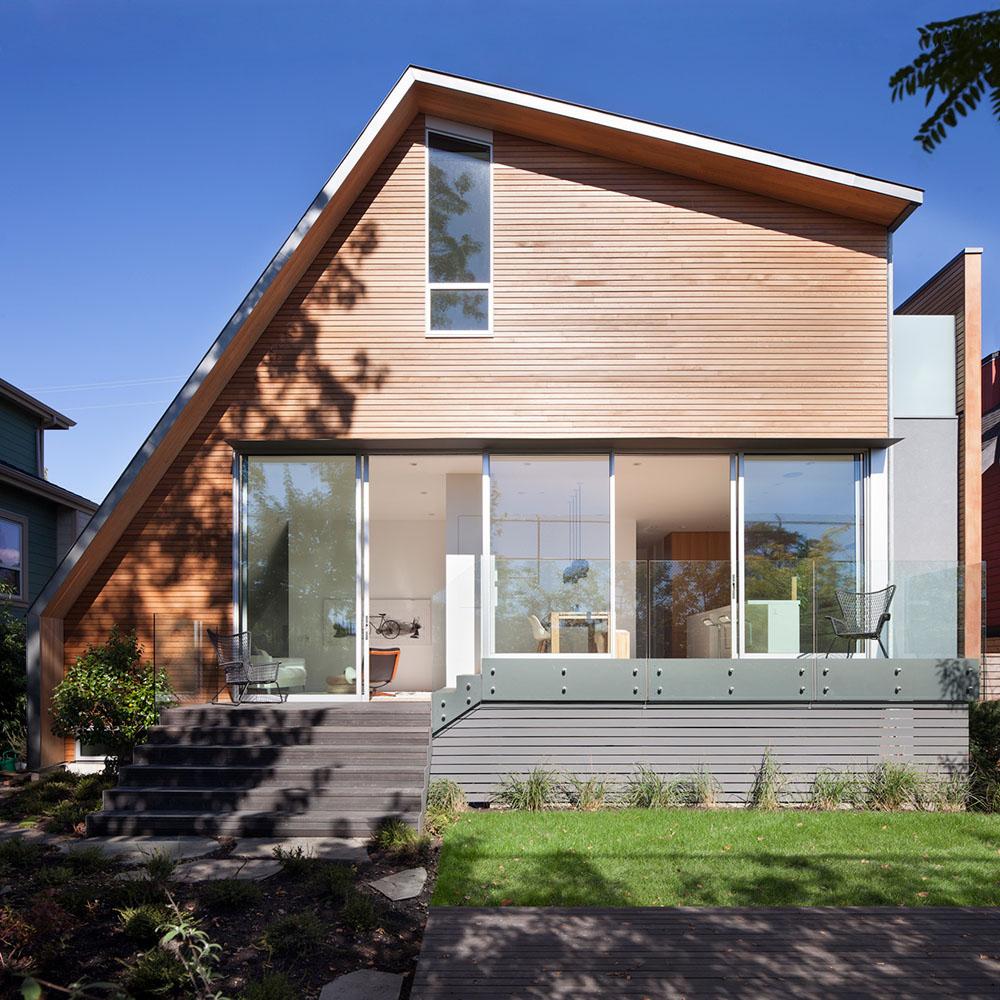 Dom z pomysłem na asymetryczny dach dwuspadowy/ East Van House / Splyce Design