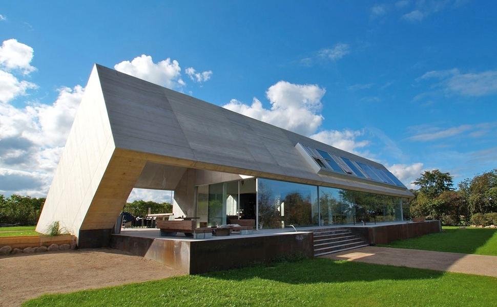 Dom z pomysłem na asymetryczny dach dwuspadowy/ Villa Bie / MLRP Architecture