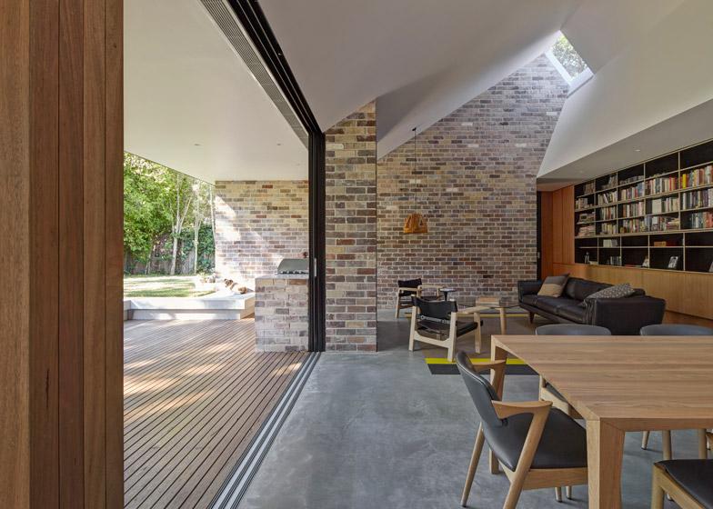 Dom z pomysłem na asymetryczny dach dwuspadowy/ Skylight House / Andrew Burges Architect