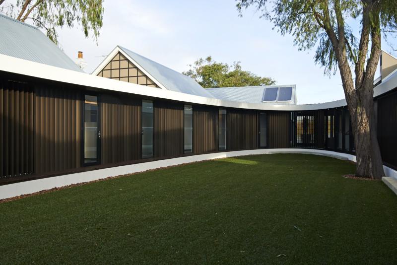 Owalny dziedziniec w Subiaco / Australia / Luigi Rosselli Architect