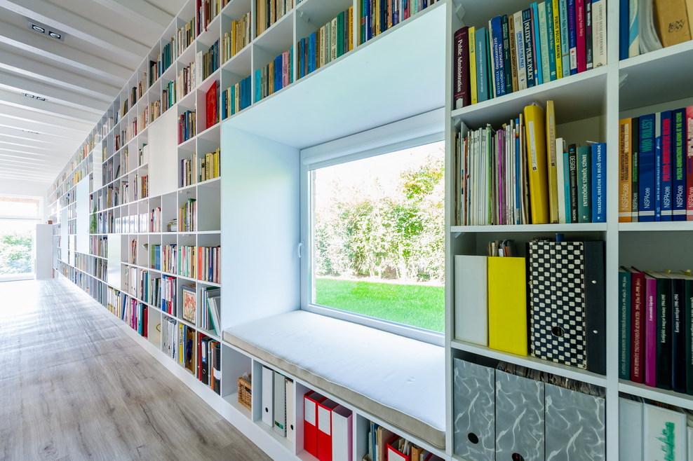 21_interior_17_m_long_bookshelf_full