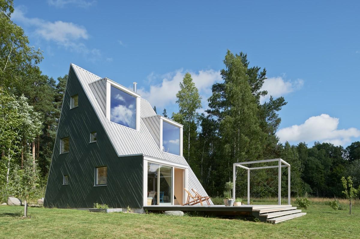 To cóż, że ze Szwecji. ;) Trójkątny dom letni / Leo Qvarsebo